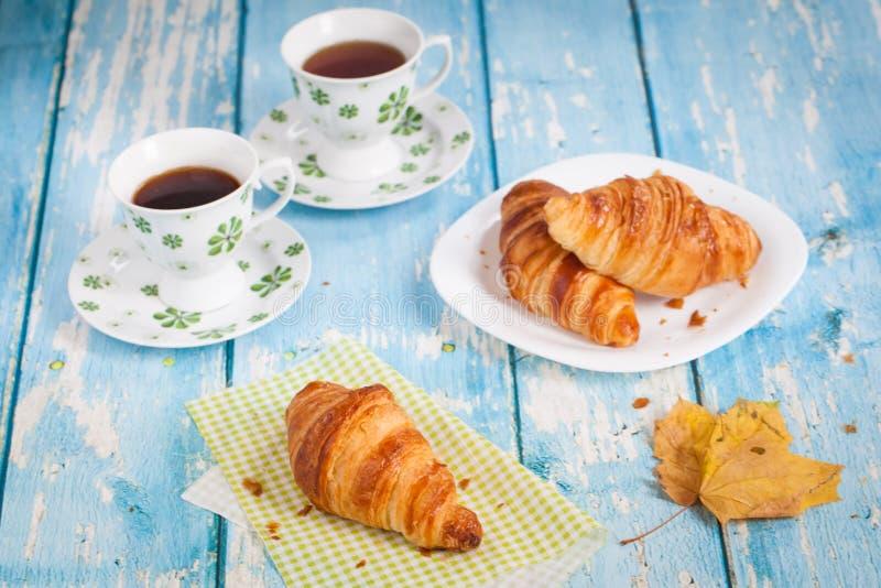 鲜美法国新月形面包早餐 免版税库存图片