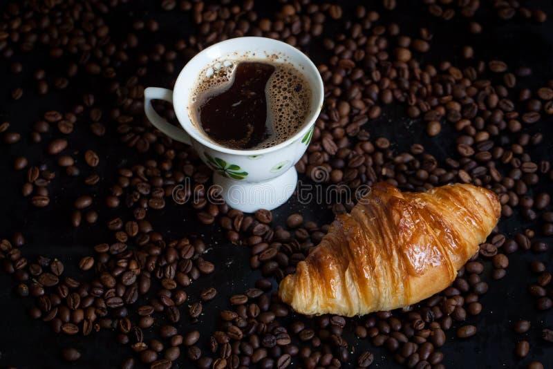 鲜美法国新月形面包早餐 免版税库存照片