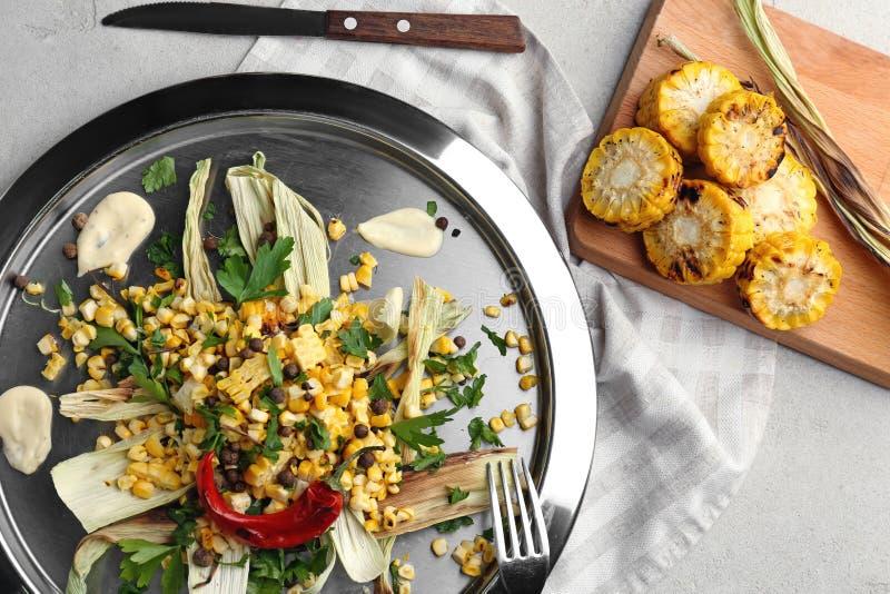 鲜美烤玉米用在金属片的调味汁 库存照片