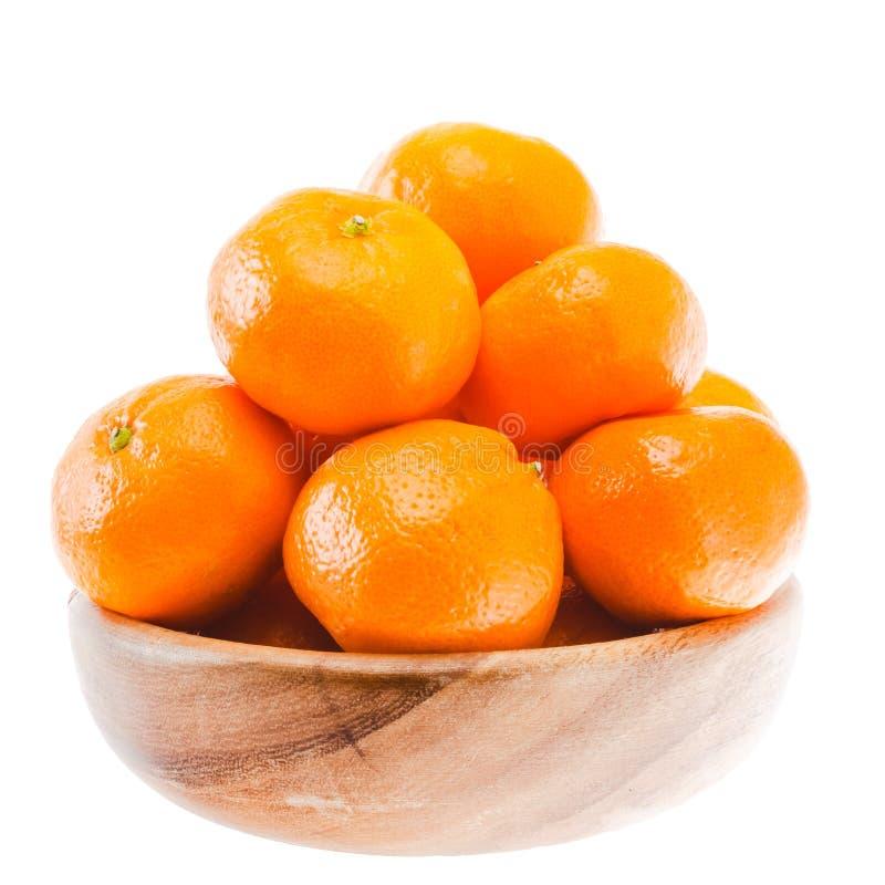 鲜美甜在木碗的蜜桔橙色普通话果子 免版税库存图片