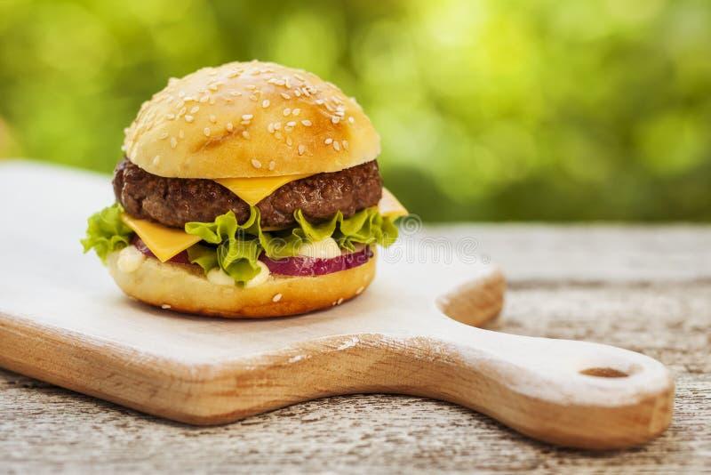 鲜美的乳酪汉堡 免版税图库摄影
