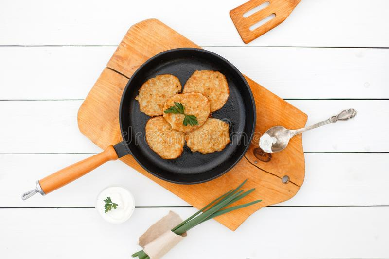 鲜美的正餐 在一个煎锅的土豆薄烤饼用葱 免版税库存照片