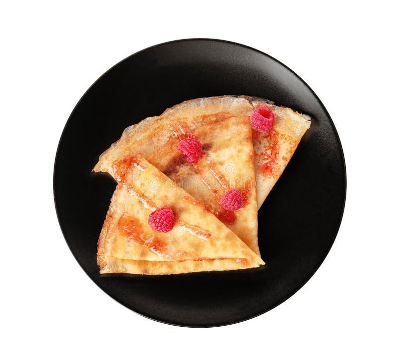鲜美稀薄的被折叠的薄煎饼用在板材的莓反对白色背景 免版税图库摄影
