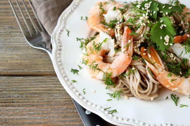 鲜美荞麦面条用在板材的虾 免版税图库摄影