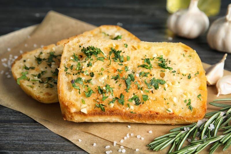 鲜美蒜味面包用草本 库存图片