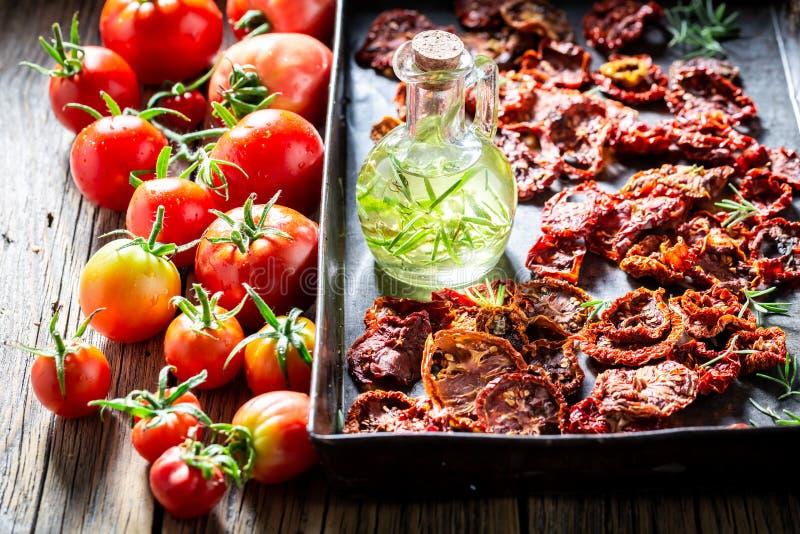 鲜美蕃茄在烘烤的盘子烘干了在阳光下 免版税库存图片