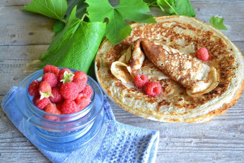 鲜美薄煎饼用莓 E 免版税库存图片