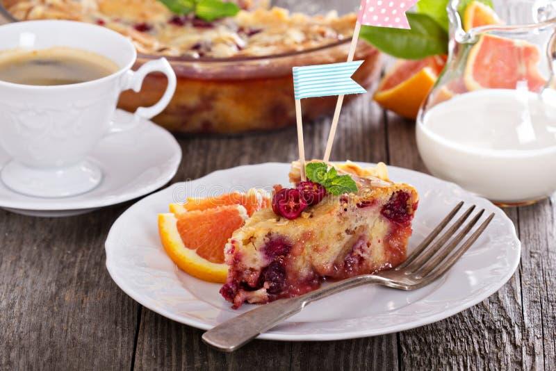 鲜美蛋糕用桔子、苹果和蔓越桔 免版税库存图片
