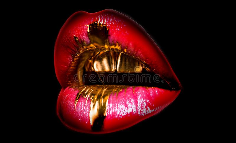 鲜美金黄嘴唇 发光的性感的嘴 昂贵的构成,富有的生活 在黑背景的嘴象 嘴唇充分的形状 免版税库存图片