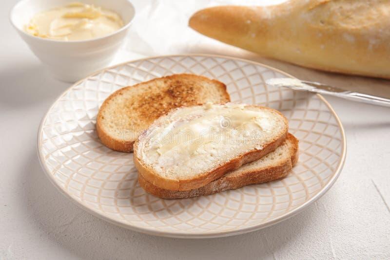 鲜美面包用黄油早餐 库存图片