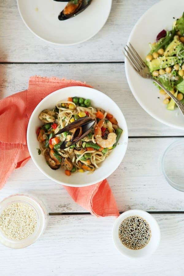 鲜美面条用海鲜和新鲜蔬菜 图库摄影