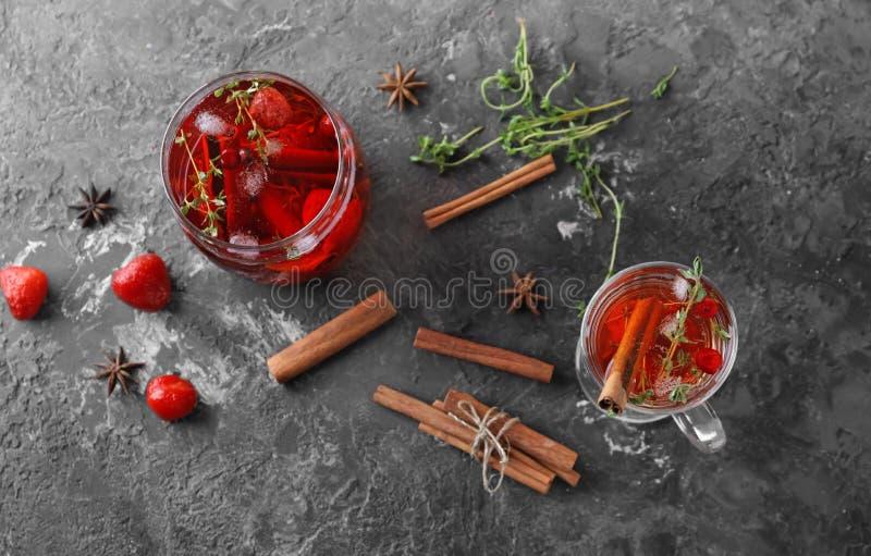 鲜美饮料用莓果和桂香在玻璃在桌上 库存图片