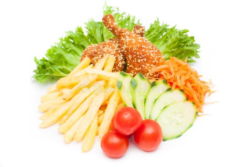 鲜美鸡块照片与菜和油煎的potatoe的 免版税库存照片