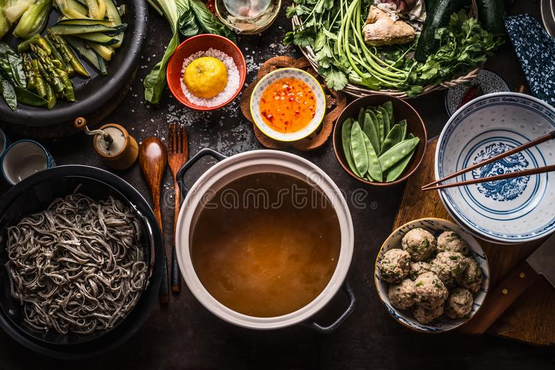 鲜美soba汤面的各种各样的亚洲食品成分在烹调在土气厨房的罐用可口味噌汤或股票附近 免版税图库摄影