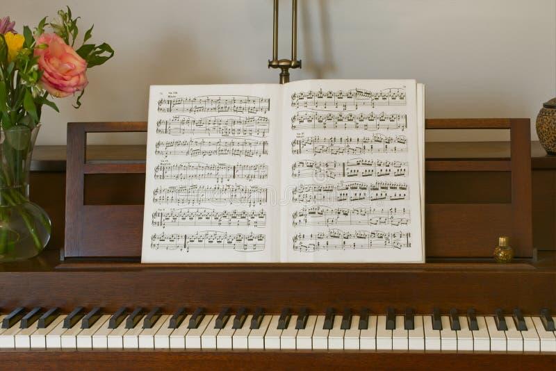 鲜花和音乐钢琴 免版税库存图片