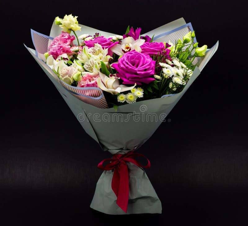 鲜花明亮的不同的花束在黑暗的背景的 图库摄影