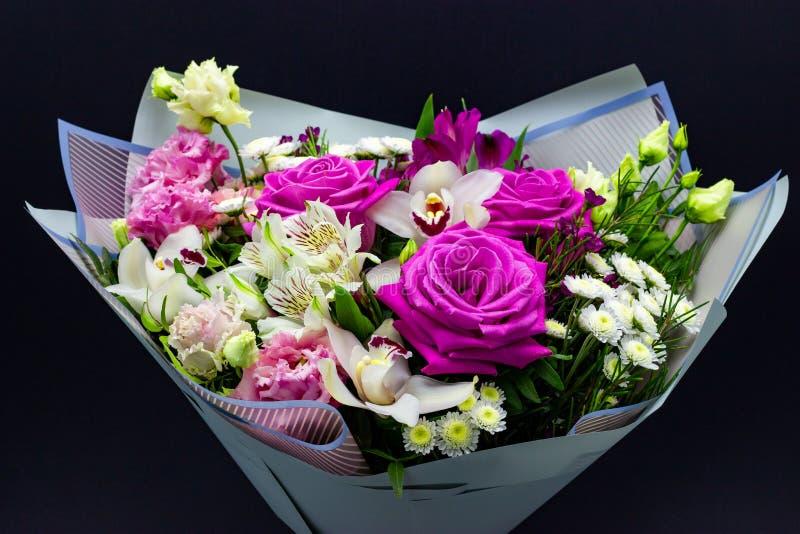 鲜花明亮的不同的花束在黑暗的背景的 库存照片