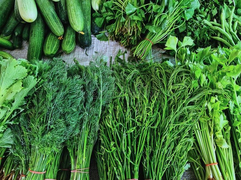 鲜蔬菜成堆在市场摊位上出售 免版税库存照片
