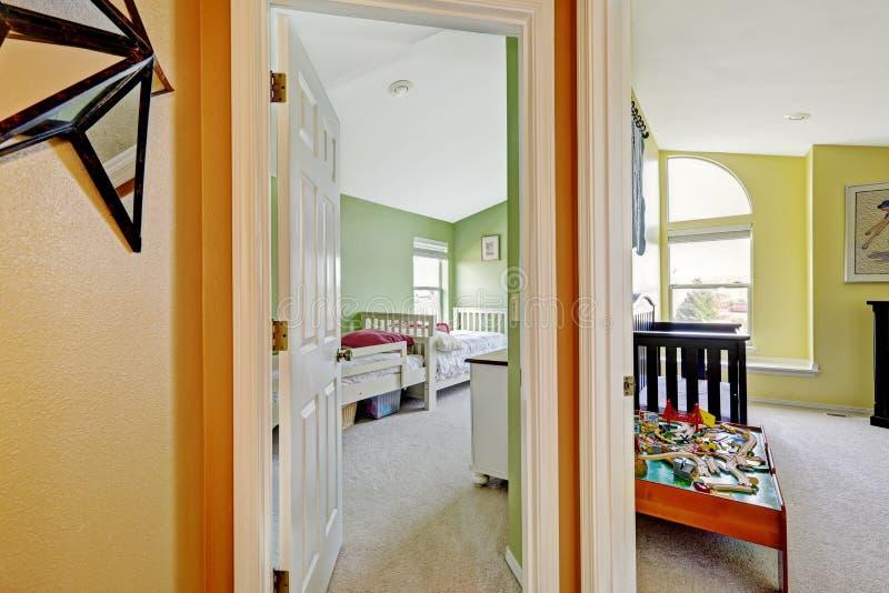 鲜绿色和黄色颜色的愉快的孩子房间 免版税库存照片