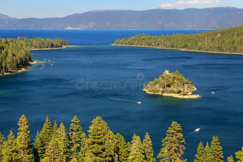 鲜绿色海湾的Fannette海岛在太浩湖,加利福尼亚,美国 免版税库存图片