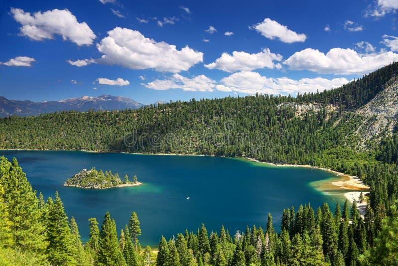 鲜绿色海湾的Fannette海岛在太浩湖,加利福尼亚,美国 库存图片