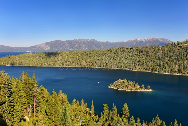 鲜绿色海湾的Fannette海岛在太浩湖,加利福尼亚,美国 免版税库存照片