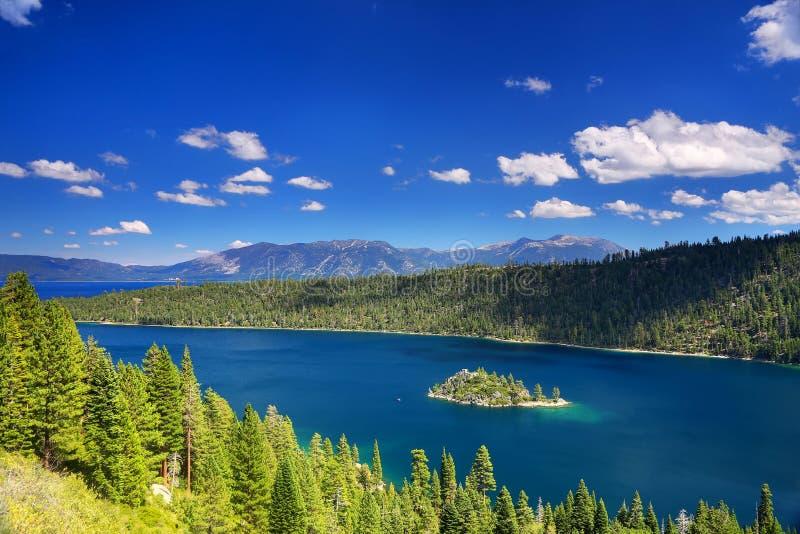 鲜绿色海湾的Fannette海岛在太浩湖,加利福尼亚,美国 图库摄影