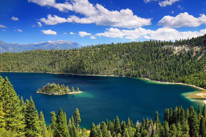 鲜绿色海湾的Fannette海岛在太浩湖,加利福尼亚,美国 库存照片