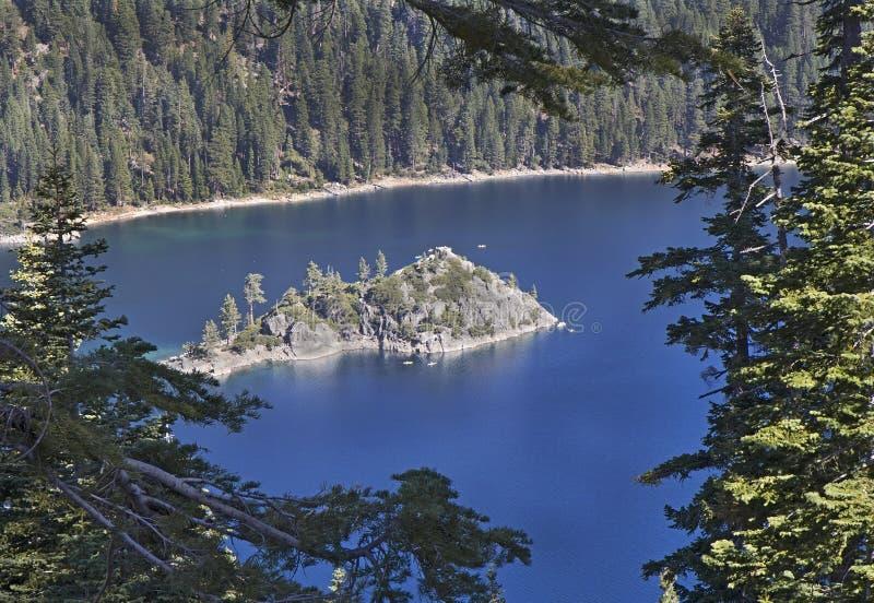 鲜绿色海湾Fannette海岛,太浩湖,加利福尼亚 免版税库存照片