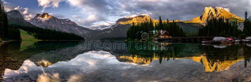鲜绿色湖全景反射 免版税库存照片