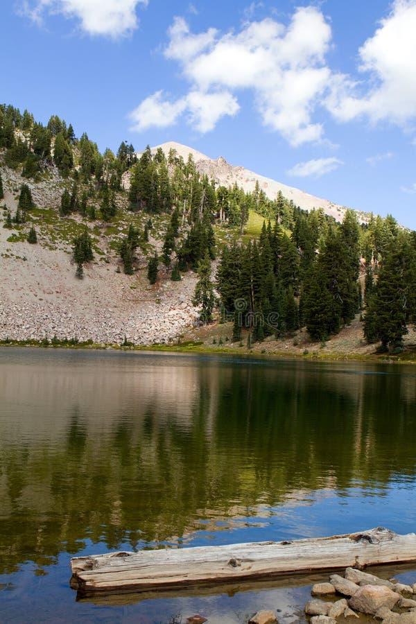 鲜绿色湖拉森NP 免版税图库摄影