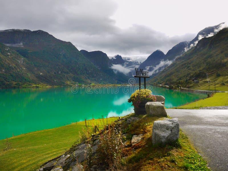 鲜绿色湖从前的Oldedalen挪威 免版税库存照片