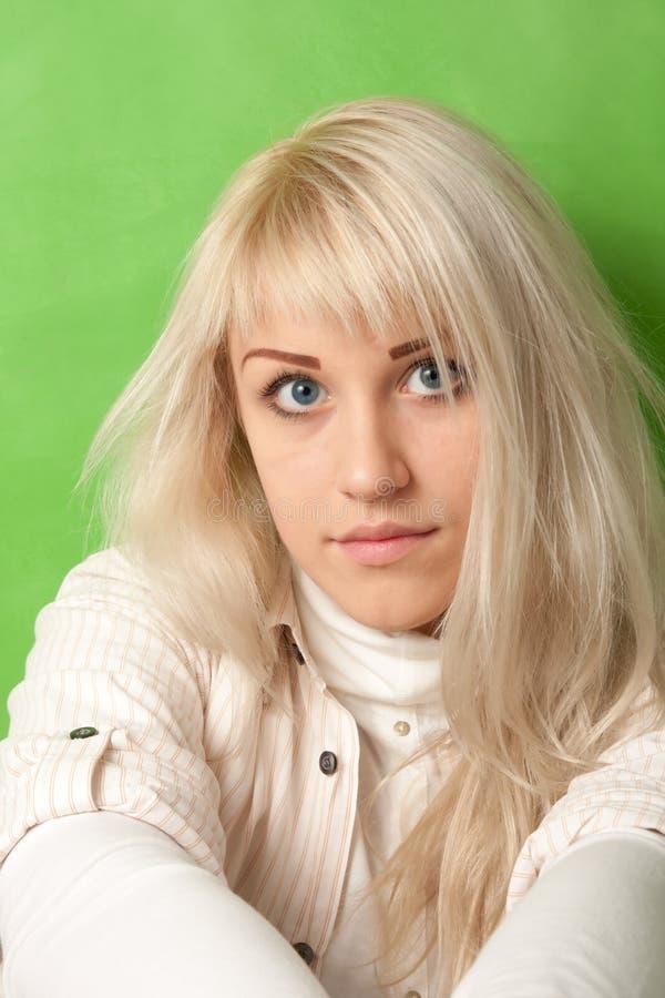 鲜绿色的背景的可爱的女孩 库存照片
