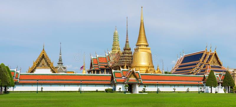 鲜绿色菩萨复合体盛大宫殿和寺庙在曼谷 免版税库存照片