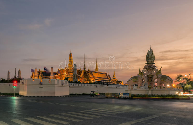 鲜绿色菩萨的曼谷玉佛寺或寺庙 图库摄影