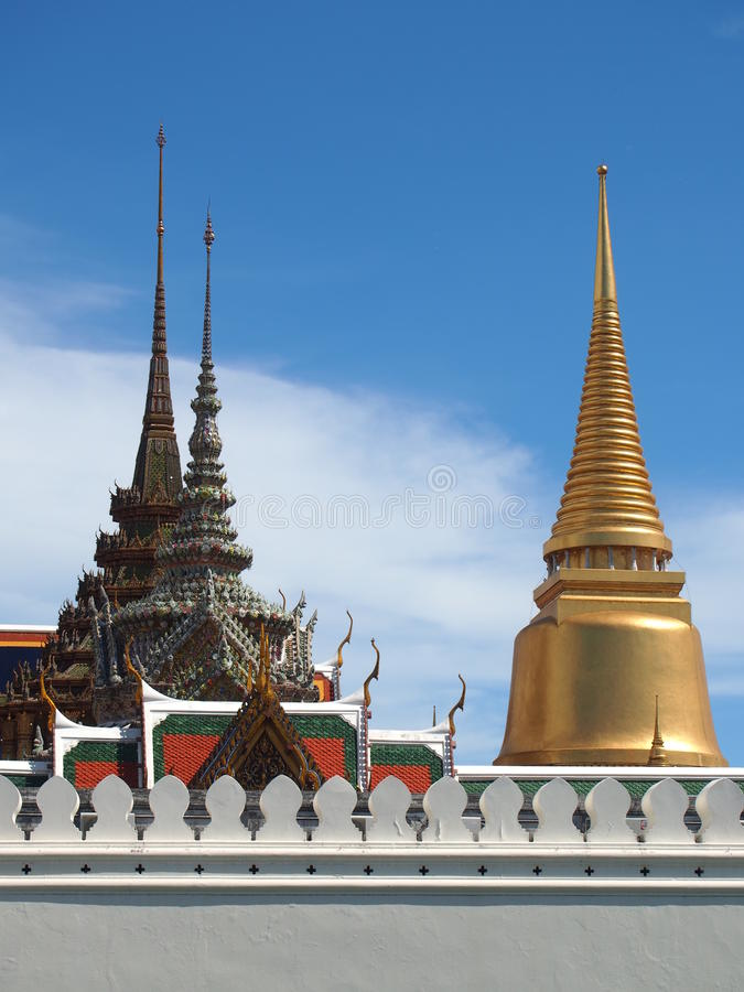鲜绿色菩萨金黄塔和寺庙  库存照片