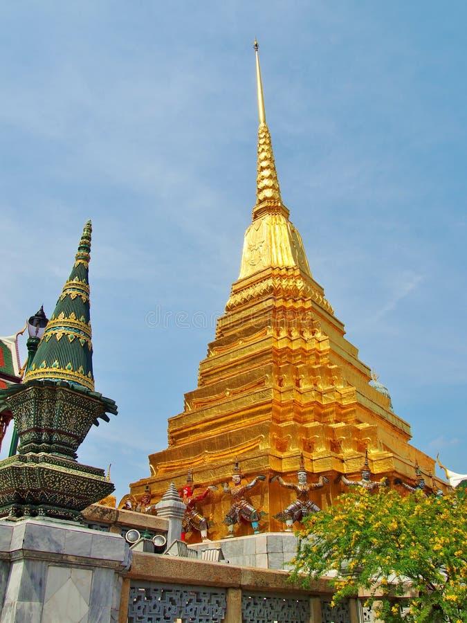 鲜绿色菩萨,泰国寺庙的金黄塔  免版税库存图片