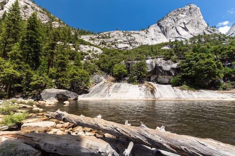 鲜绿色水池和自由帽在优胜美地国家公园,加利福尼亚,美国 免版税库存照片