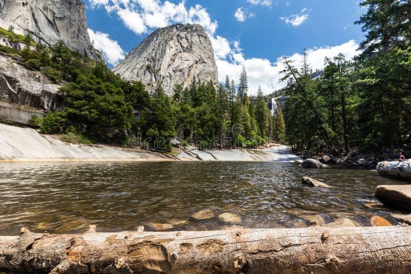 鲜绿色水池和自由帽在优胜美地国家公园,加利福尼亚,美国 免版税库存图片