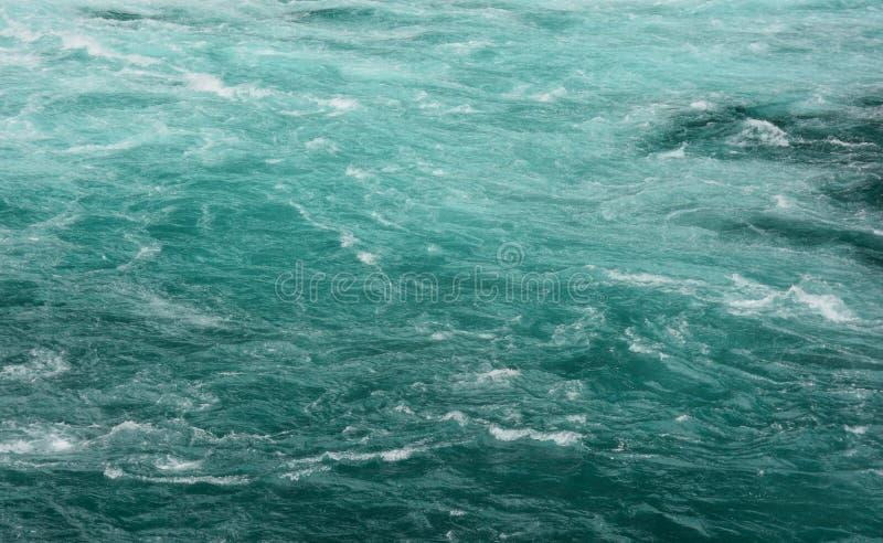 鲜绿色水背景 库存照片