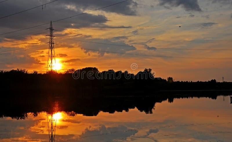 鲤鱼有日落的Fishing湖 图库摄影