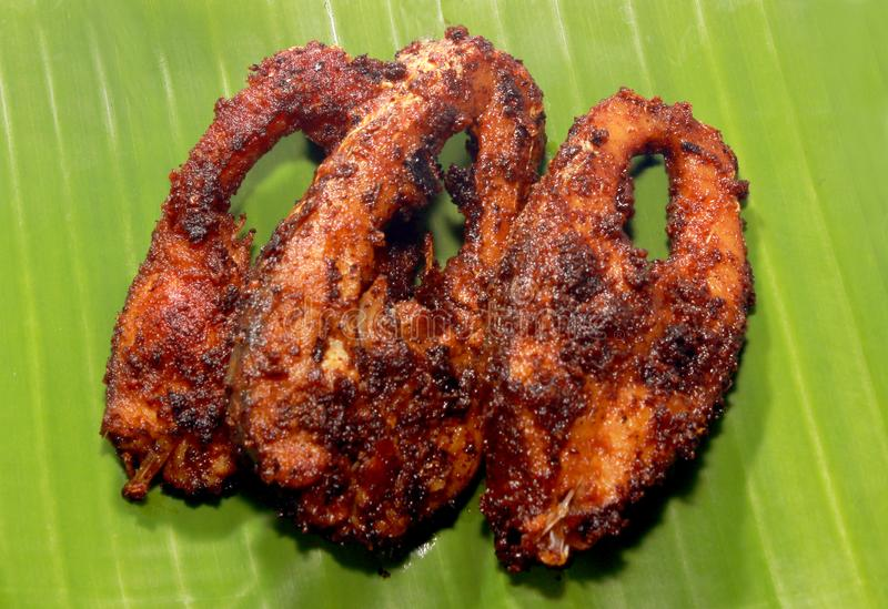 鲤鱼鱼油煎了在香蕉叶子的切片 免版税库存照片