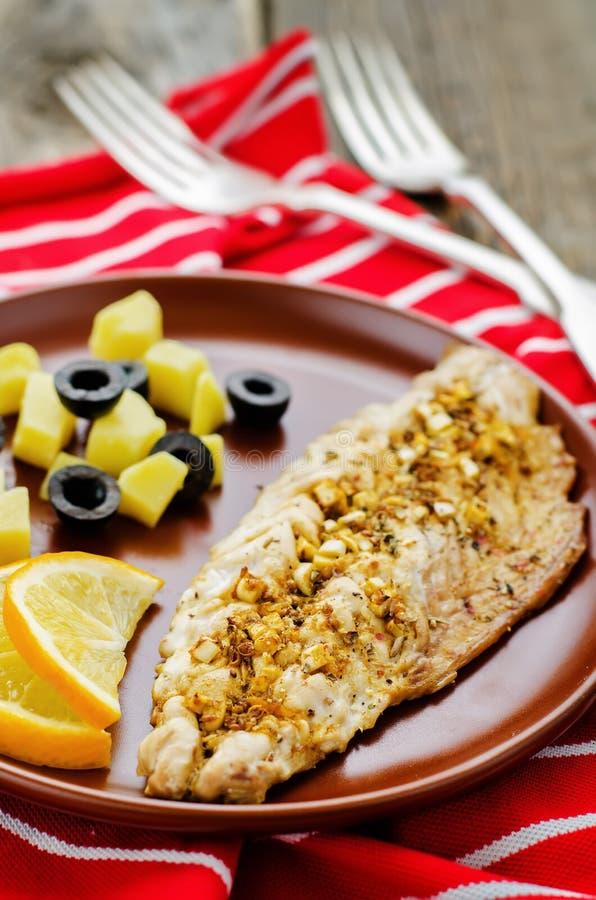 鲭鱼用用卤汁泡的大蒜和柠檬 摩洛哥盘 库存图片