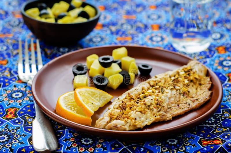 鲭鱼用用卤汁泡的大蒜和柠檬 摩洛哥盘 免版税库存图片
