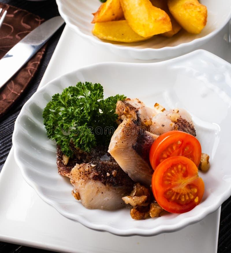 鲱鱼快餐用核桃和桂香,装饰与被烘烤的po 免版税库存照片