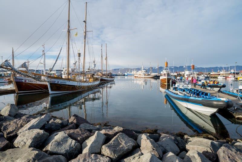 鲸鱼观看的小船在Husavik 图库摄影