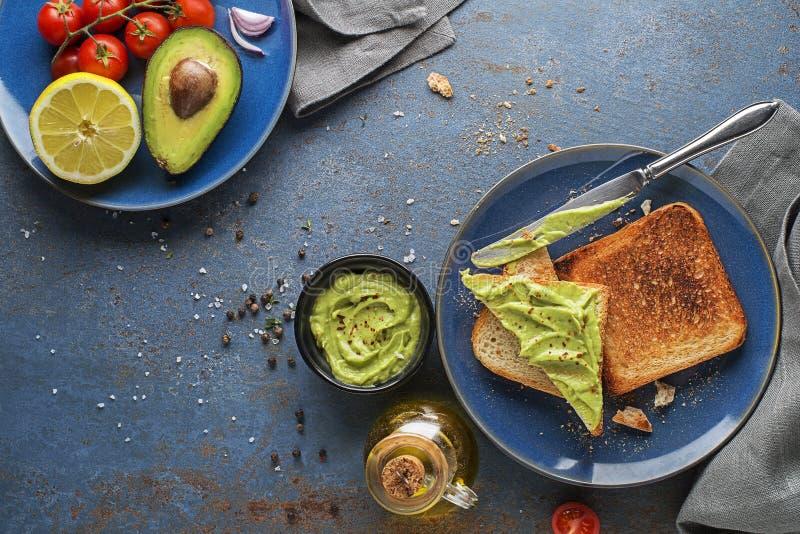 鳄梨铺在烤面包上 免版税库存图片