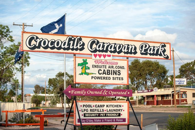 鳄鱼有蓬卡车公园标志和正面 库存图片