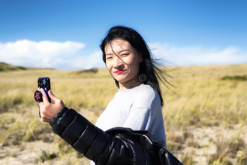 鳕鱼角全国海滨自然妇女selfie 库存照片