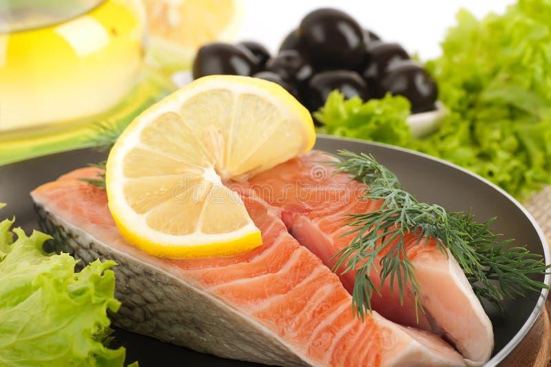 鳟鱼油煎用胡椒和蓬蒿 库存图片